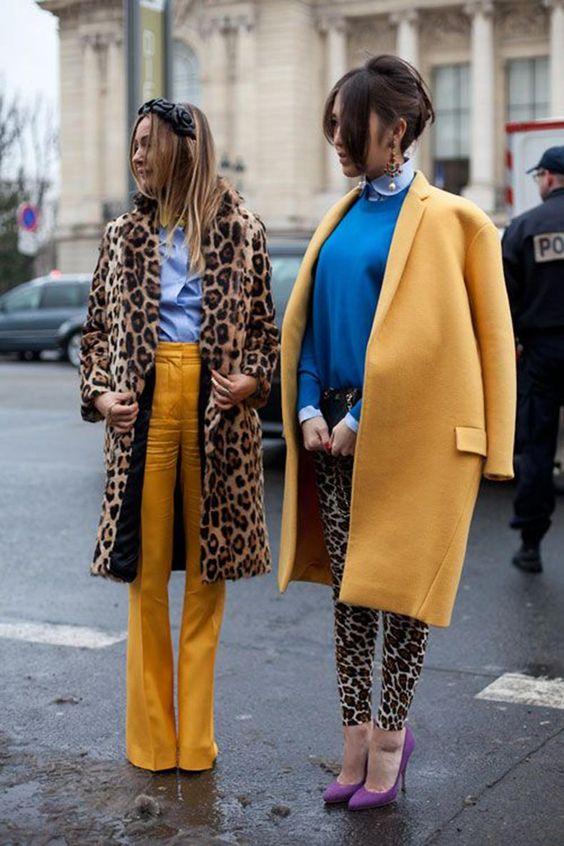 look abrigo y pantalon color mostaza, azul klein y estampado leopardo