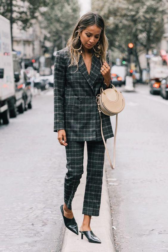 look de traje chaqueta de cuadros con mules y bolso chloe redondo