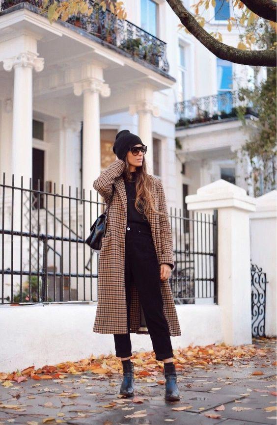 abrigo de cuadros y gorro de lana en un look total black